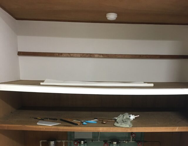 書籍棚に壁紙貼り(文京区)
